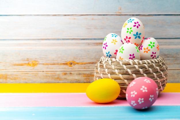 Uovo di pasqua, felice pasqua decorazioni di festa di caccia di domenica Foto Premium
