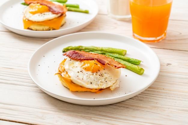 Uovo fritto con pancetta e formaggio sul pancake Foto Premium