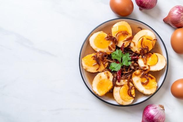 Uovo fritto con salsa al tamarindo Foto Premium