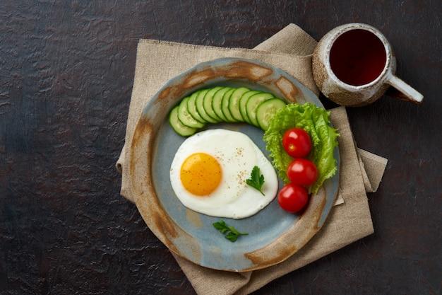 Uovo fritto, verdure dieta paleo, keto, fodmap. copia spazio, vista dall'alto Foto Premium