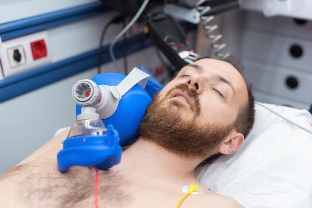 Urgenza medica in ambulanza rianimazione cardiopolmonare mediante sacca per maschera a valvola manuale Foto Premium