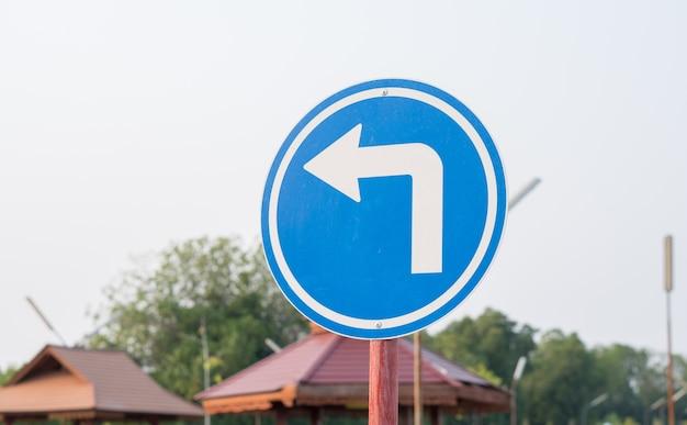 Uso del simbolo del segnale stradale blu per la pratica di guida in auto Foto Premium