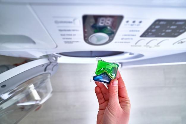 Uso della capsula di detersivo in polvere per il bucato Foto Premium