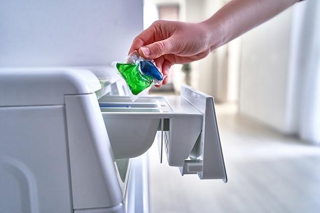 Uso della capsula di detersivo in polvere per indumenti da bucato Foto Premium