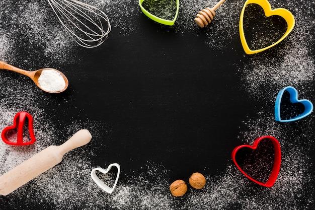 Utensili da cucina e cornice a forma di cuore Foto Gratuite