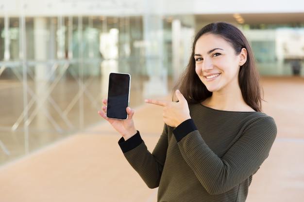 Utente allegro soddisfatto del cellulare che introduce nuova app online Foto Gratuite