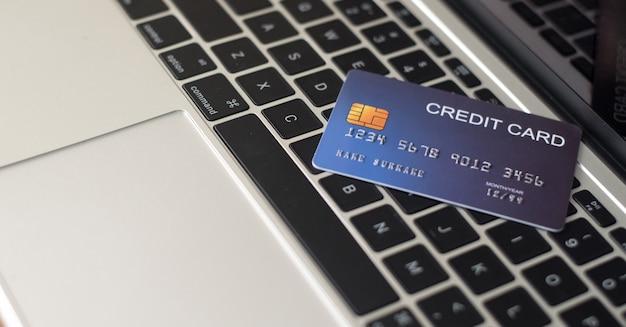 Utilizza le carte di credito e i macbook per acquistare - immagini Foto Premium