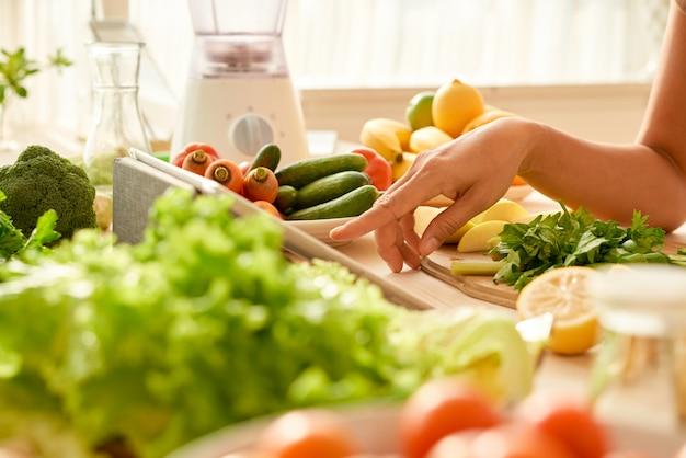 Utilizzando l'app di cucina Foto Gratuite