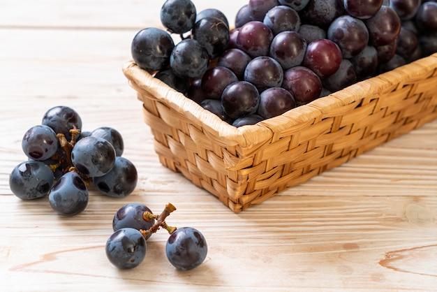 Uva nera fresca su sfondo bianco Foto Premium