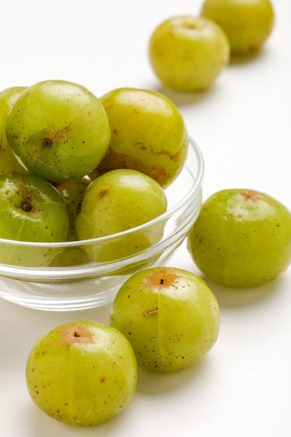 Uva spina indiana fresca in ciotola di vetro Foto Premium