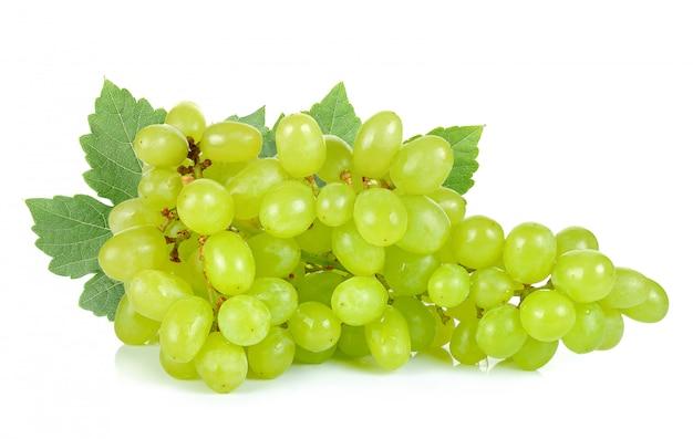 Uva verde isolato su sfondo bianco Foto Premium