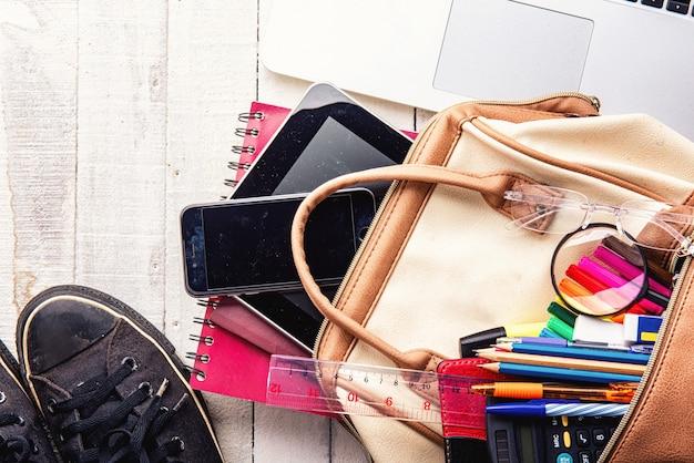 Vacanza di istruzione e concetto di viaggio su fondo di legno bianco con lo spazio della copia. Foto Premium
