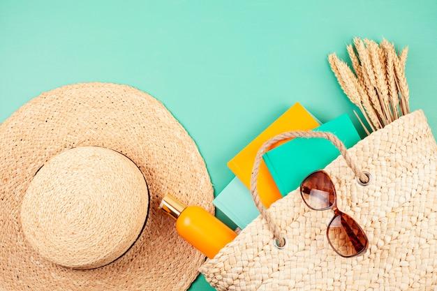 Vacanze estive, viaggi, concetto di turismo piatta laici. spiaggia, campagna, accessori urbani casual Foto Premium