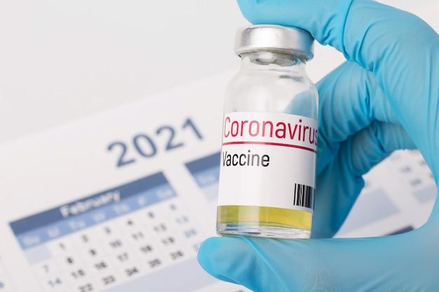 Vaccino contro il coronavirus contro il calendario dell'anno 2021. concetto di scoperta del vaccino per coronavirus nell'anno 2021 Foto Premium