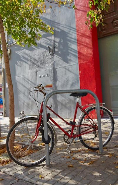 Valencia barrio del carmen bicicletta di strada in spagna Foto Premium
