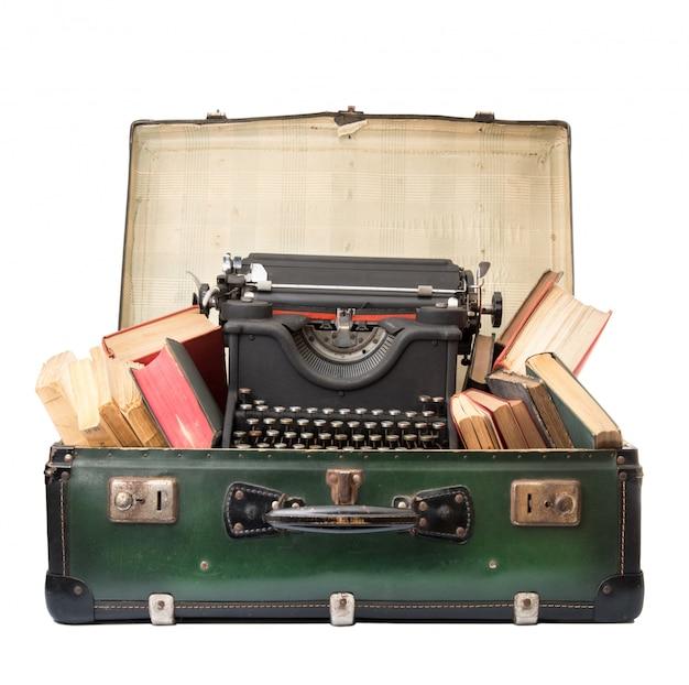 Valigia vintage piena di oggetti vintage Foto Premium