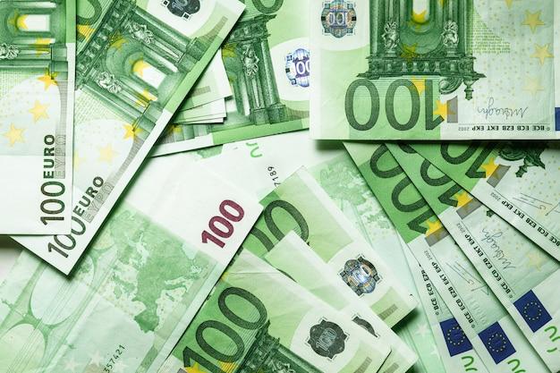 Valuta euro, offre 100 banconote in euro sul tavolo Foto Premium