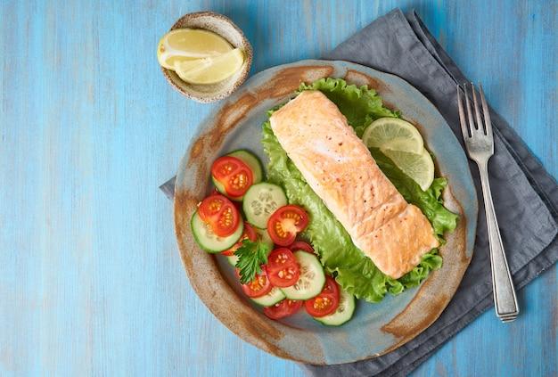 Vapore salmone e verdure, paleo, keto, dieta fodmap. copia spazio Foto Premium