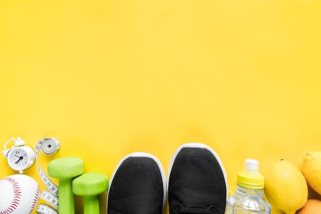 Vari articoli sportivi su sfondo giallo Foto Gratuite