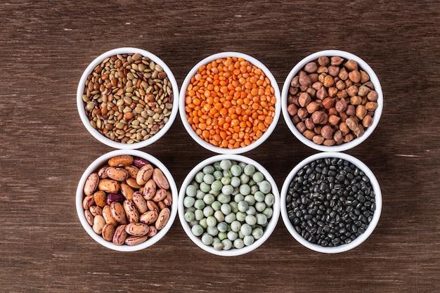 Vari assortimenti di legumi indiani - fagioli, ceci, lenticchie, dal punto di vista superiore. Foto Premium
