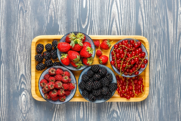 Vari frutti di bosco freschi estivi, mirtilli, ribes rosso, fragole, more, vista dall'alto. Foto Gratuite