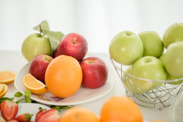 Vari frutti, mangiare assistenza sanitaria e concetto sano Foto Gratuite