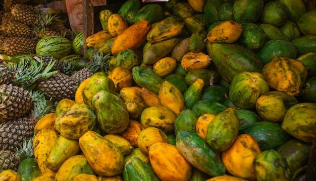 Vari frutti nel mercato africano locale Foto Premium