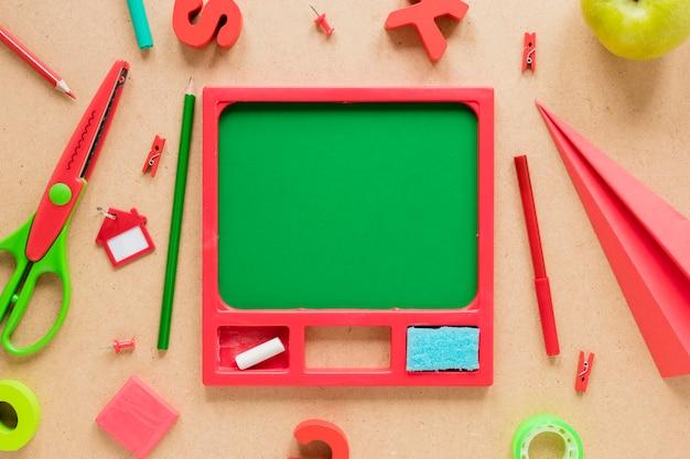 Vari rifornimenti di scuola su fondo beige Foto Gratuite