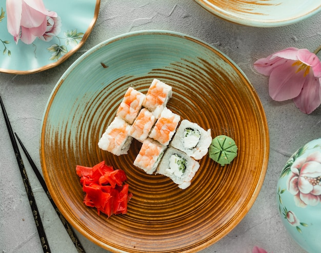 Vari sushi con zenzero e wasabi Foto Gratuite