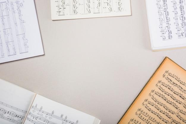 Vari taccuini musicali su sfondo bianco con spazio per il testo Foto Gratuite