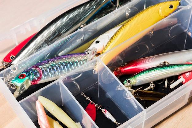 Vari tipi di esche da pesca nel contenitore bianco Foto Gratuite