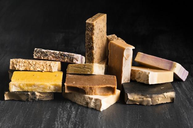 Vari tipi di sapone sul tavolo Foto Gratuite