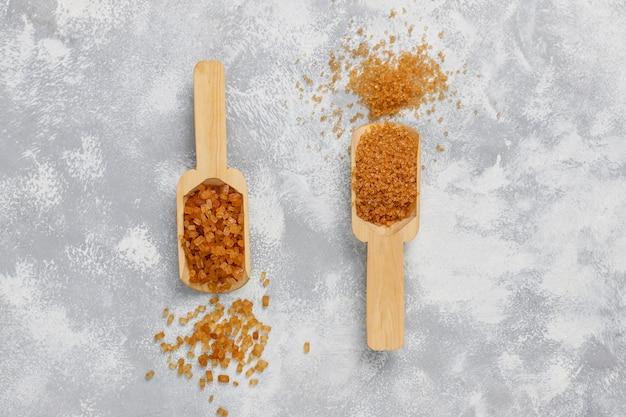 Vari tipi di zucchero bruno su calcestruzzo, vista dall'alto Foto Gratuite
