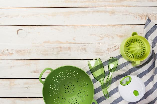 Vari utensili da cucina sul tavolo di legno Foto Premium