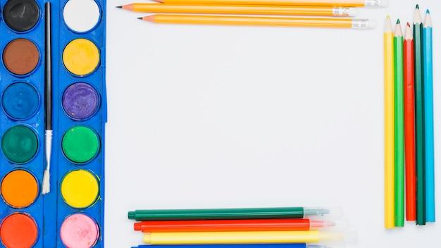 Varia attrezzatura di colore isolata su fondo bianco Foto Gratuite