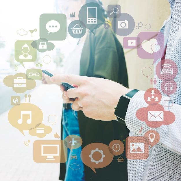 Varie applicazioni formano un cerchio di fronte a due persone che usano il cellulare Foto Gratuite