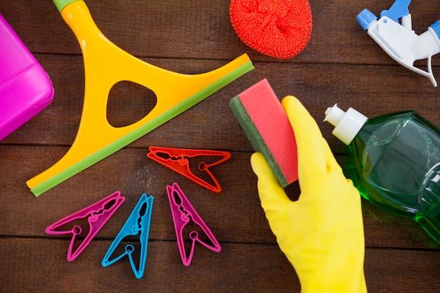 Varie attrezzature per la pulizia sistemate sul pavimento di legno Foto Premium