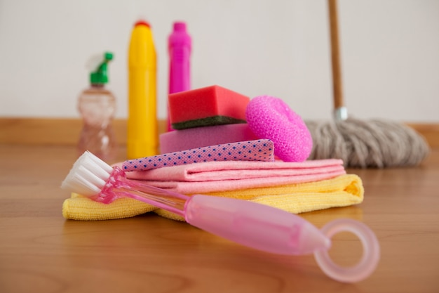Varie attrezzature per la pulizia sul pavimento di legno Foto Premium