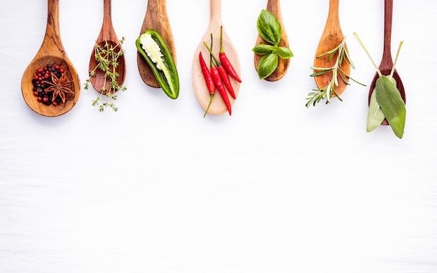 Varie delle spezie e delle erbe su fondo di legno. Foto Premium