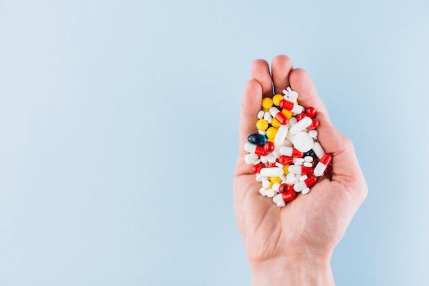 Varie pillole in mano Foto Gratuite