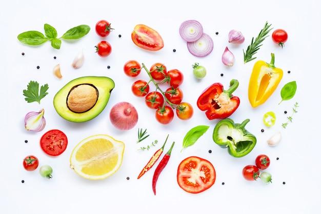 Varie verdure fresche ed erbe su sfondo bianco. concetto di mangiare sano Foto Premium