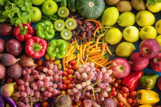 Varie verdure organiche, vista dall'alto diversi tipi di frutta e verdura fresca per uno stile di vita sano Foto Premium