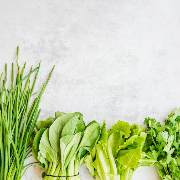 Varie verdure verdi disposte in fila Foto Gratuite