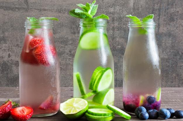 Varietà di bevande fredde estive in piccole bottiglie Foto Premium
