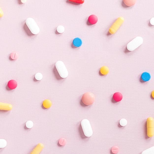 Varietà di close-up di pillole colorate sul tavolo Foto Gratuite