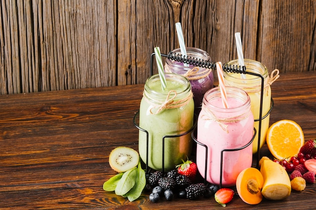 Varietà di composizione di frutta e frullati Foto Gratuite