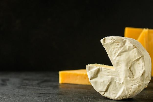 Varietà di formaggi (delizioso spuntino, diversi tipi di formaggio a pasta dura e a pasta molle) Foto Premium