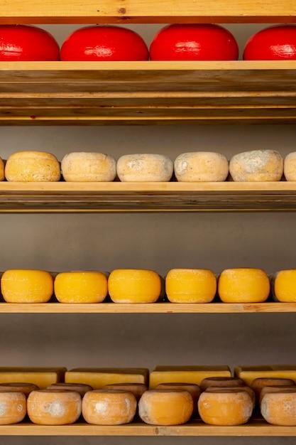 Varietà di pezzi di formaggio vista frontale Foto Gratuite