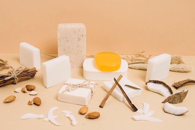 Varietà di saponette organiche al cocco in forme e dimensioni Foto Gratuite