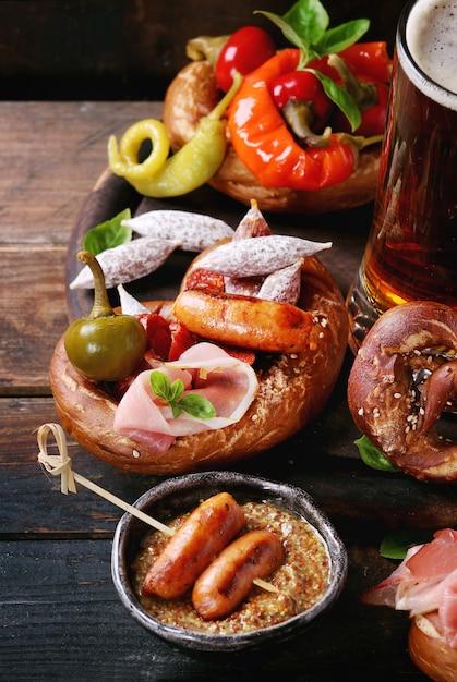 Varietà di spuntini di carne in salatini Foto Premium